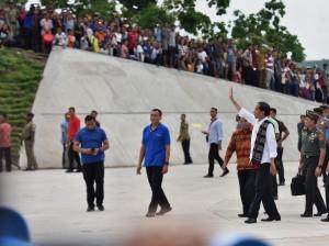 Presiden Jokowi saat mengikuti acara peresmian bendungan raknamo, Selasa (9/1). (Foto: Humas/Agung).