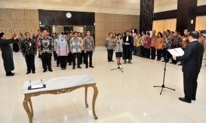 Seskab Pramono Anung melantik dan mengambil sumpah 28 pejabat eselon II, III, dan IV di lingkungan Setkan, di aula Gedung III Kemensetneg, Jakarta, Rabu (17/1) siang. (Foto: Rahmat/Humas)