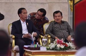 Presiden Jokowi mendengarkan laporan Seskab sebelum memimpin Sidang Kabinet Paripurna, di Istana Negara, Jakarta, Rabu (3/1) siang. (Foto: JAY/Humas)