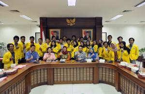 Asdep Naster Eko Harnowo berfoto bersama mahasiswa Program Studi Teknik Informatika Konsentrasi Penerjemahan Bahasa Inggris Berbasis TI, Politeknik Negeri Jakarta, di Gedung III Kemensetneg, Jakarta, Senin (29/1) siang. (Foto: JAY/Humas)