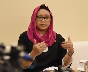 Menlu Retno Marsudi menjawab pertanyaan wartawan di Dhaka, Bangladesh, Minggu (28/1) malam. (Foto: Humas/Nia)