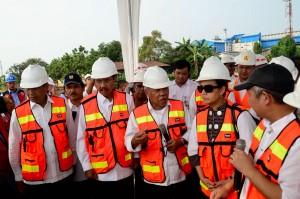 Menteri PUPR Basuki Hadimuljono bersama Menkeu Sri Mulyani dan Menhub Budi K Sumadi meninjau pembangunan tol Belmera, Rabu (17/1). (Foto: PKP Kementerian PUPR)