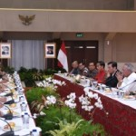President Jokowi, accompanied by a number of Ministers, meets with environmentalists, in Bandung, West Java, Tuesday (16/1) evening. (Photo: Anggun/PR)