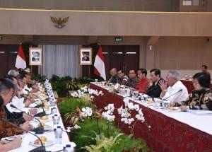 Presiden Jokowi didampingi sejumlah menteri bertemu dengan pemerhati lingkungan, di Bandung, Jabar, Selasa (16/1) malam. (Foto: Anggun/Humas)