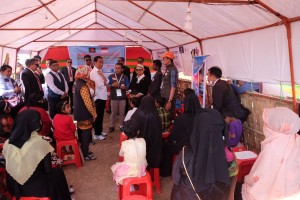 Presiden Jokowi berbincang dengan pengungsi Rohingya di sebuah kamp, di Cox's Bazar, Bangladesh, Minggu (28/1) sore. (Foto: Kemlu RI)