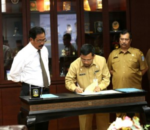 Gubernur Kepri menyaksikan penandatanganan kinerja OPD Provinsi Kepulauan Riau di Ruang Rapat Kantor Gubernur Lantai IV, Kantor Gubernur, Dompak, Senin (15/10).