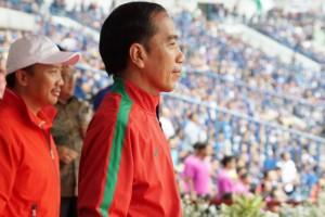 Presiden Jokowi menyaksikan pertandingan pembukaan Piala Presiden di Stadion Gelora Bandung Lautan Api, Kota Bandung, Selasa (16/1). (Foto: Humas/Oji).