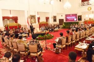 Presiden Jokowi memberikan arahan pada Rapat Kerja Pemerintah (RKP) mengenai Percepatan Pelaksanaan Berusaha di Daerah, di Istana Negara, Jakarta, Selasa (23/1). (Foto: Humas/Rahmat).