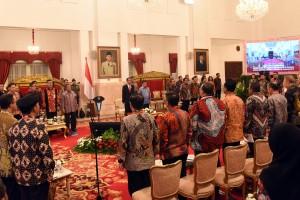 Presiden Jokowi bersama para peserta RKP menyanyikan lagu Indonesia Raya, di Istana Negara, Jakarta, Selasa (23/1) siang. (Foto: Rahmat/Humas)