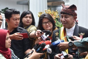 King Babau of NTT Jan Christofer Benjamin answers reporters' question after accompanying the Kings and Sultans with President Jokowi, at the Bogor Presidential Palace, West Java, on Thursday afternoon (4/1). (Photo: OZI/PR)