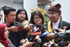 Raja Babau, NTT, Jan Christofer Benjamin, menjawab wartawan usai bersama para raja dan sultan beraudensi dengan Presiden Jokowi, di Istana Kepresidenan Bogor, Jawa Barat, Kamis (4/1) siang. (Foto: OZI/Humas)