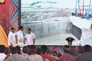 Presiden saat meresmikan Bendungan Raknamo, Desa Raknamo, Kecamatan Amabi Oefeto, Kabupaten Kupang, Nusa Tenggara Timur (NTT), Selasa (9/1) sore. (Foto: Humas/Agung).