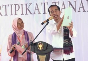 Presiden Jokowi berdialog dengan seorang warga pada penyerahan sertifikat di Halaman Kantor Bupati Rote Ndao, Ba'a, Rote, NTT, Selasa (9/1) pagi. (Foto: Rahmat/Humas)