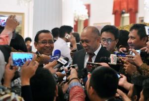 Mantan KSP Teten Masduki bersama Mensesneg Pratikno menjawab wartawan, di Istana Negara, Jakarta, Rabu (17/1) siang. (Foto: JAY/Humas)