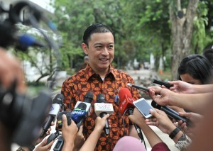 Head of BKPM Thomas Lembong answers reporters' questions after a Limited Meeting at the Presidential Palace, Jakarta, Friday (5/1) afternoon. (Photo: PR/Deni)