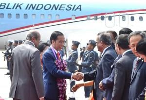 Presiden Jokowi saat tiba untuk kunjungan kenegaraan di Sri Lanka, Rabu (24/1). (Foto: Setpres)