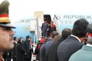 Presiden Jokowi menggandeng tangan Ibu Negara Iriana saat turun dari pesawat Kepresidenan Indonesia-1, di Bandara Hamid Karzai, Kabul, Afghanistan, Senin (29/1) siang. (Foto: Setpres)