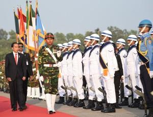 Presiden Jokowi sedang memeriksa pasukan dalam upacara kenegaraan usai tiba di Bandar Udara Internasional Hazrat Shahjalal, Dhaka, Bangladesh, Sabtu (27/1) sore. (Foto: Humas/Murti)