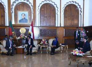 Presiden Jokowi melakukan pertemuan dengan Presiden Bangladesh Abdul Hamid, di ruang Credential Hall, Istana Kepresidenan Bangabhaban Presidential Palace, Dhaka, Sabtu (27/1) malam. (Foto: Humas/Nia)