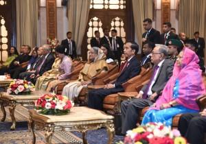 Presiden Jokowi dan Ibu Negara Iriana menyaksikan pertunjukan di Darbar Hall, Dhaka, Sabtu (27/1). (Foto: Humas/Nia)
