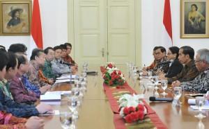 Presiden Joko Widodo (Jokowi) menerima kunjungan Delegasi Utusan Khusus Perdana Menteri (PM) Jepang Toshihiro Nikai dan rombongan di Istana Kepresidenan Bogor, Jawa Barat, Jumat (19/1). (Foto: Humas/Jay)