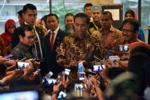 Presiden Jokowi menjawab pertanyaan wartawan usai mengikuti rakernas ATR/BPN di Puri Agung Convention Hall, Hotel Sahid Jaya, Jakarta, Rabu (10/1) sore. (Foto: Humas/Deni).