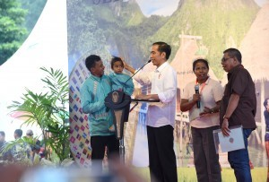 President Jokowi distributes land certificate to people in Hatu, West Lehitu Sub-district, Central Maluku, Maluku, on Wednesday (14/2)