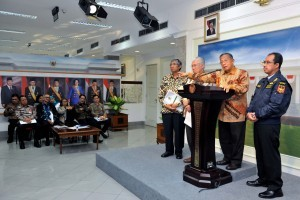 Coordinating Minister for the Economy Darmin Nasution gives statement after a Limited Meeting at the Presidential Office, Jakarta, on Wednesday (31/1)
