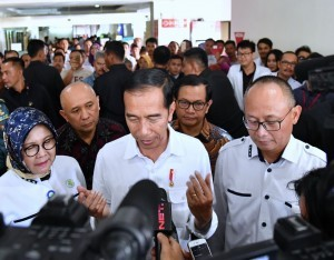 President Jokowi after observes public services at the RSUP Dr. Hasan Sadikin, in Bandung, Thursday (22/2) (Photo: BPMI).