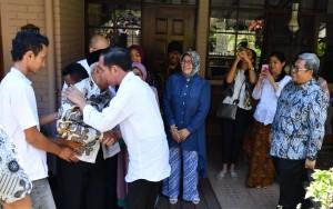 Presiden Jokowi saat silaturahmi ke kediaman Mang Ihin di Jalan Cisitu Indah, Kelurahan Dago, Kecamatan Coblong, Kota Bandung, Kamis, (22/2). (Foto: BPMI).