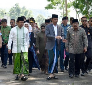 President Jokowi is accompanied by East Java Governor Soekarwo during a working visit to Situbondo on Saturday (3/2). (Photo: BPMI)