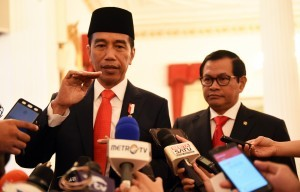 President Jokowi accompanied by Cabinet Secretary Pramono Anung responds to reporters' questions after the Inauguration of 17 Indonesian Ambassadors Extraordinary and Plenipotentiary, at the State Palace, Jakarta, on Tuesday (20/2).
