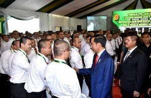 President Jokowi has a casual talk with judge candidates after he delivered remarks at the Debriefing of Civil Judge Candidates, in Megamendung, Bogor, West Java, on Wednesday (21/2)