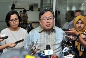 National Development Planning Minister Bambang Brodjonegoro delivers a statement to reporters after a Plenary Meeting of the National Committee for Sharia Finance on Monday (5/2), at the Presidential Office, Jakarta