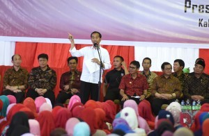 President Jokowi during the distribution of KIP, PKH, and Rice for Prosperity Food Subsidy (Rastra) at Tuanku Tabiang Sport Hall, Batu Kupang, Koto Baru, Solok Regency, West Sumatra Province on Thursday (8/2)