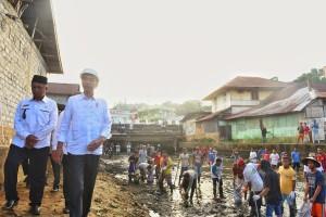 Presiden Jokowi meninjau proyek padat karya tunai di Batumerah, Kecamatan Sirimau, Kota Ambon, Rabu (14/2) pagi. (Foto: OJI/Humas)