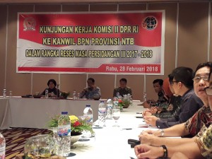 Suasana pertemuan Komisi II DPR RI dengan Kanwil BPN NTB di Hotel Sheraton Senggigi Beach Resort, Lombok Barat, Rabu (28/2). (Foto: Humas/Edi)