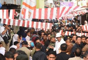 Presiden Jokowi menyapa masyarakat dalam kunjungan ke Ambon, Maluku, Rabu (14/2) pagi. (Foto: OJI/Humas)