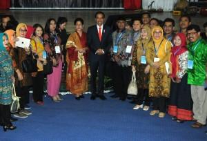 Presiden Jokowi berfoto bersama usai hadiri Konferensi Forum Rektor Indonesia (FRI) 2018, di Universitas Hasanuddin (Unhas), Makassar, Sulawesi Selatan (Sulsel), Kamis (15/2). (Foto: Humas/Rahmat).