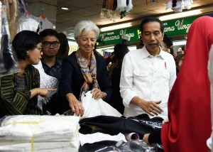 President Jokowi, accompanied by Minister of Finance Sri Mulyani, takes Managing Director of IMF Christine Lagarde (center) to Tanah Abang Market, Jakarta, on Monday (26/2) afternoon (Photo: Nia/ PR)
