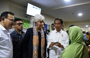 President Jokowi accompanies IMG Managing Director Christian Lagarde to visit Pertamina Hospital in South Jakarta, Monday (26/2). (Photo by: Nia/Public Relations Division)