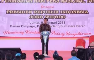 Presiden memberikan sambutan pada Puncak Peringatan Hari Pers Nasional (HPN) 2018, di Pantai Cimpago, Padang, Sumatra Barat (Sumbar), Jumat (9/2). (foto: Humas/Anggun).