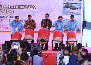 Presiden memukul beduk saat Puncak Peringatan Hari Pers Nasional (HPN) 2018, di Pantai Cimpago, Padang, Sumatra Barat (Sumbar), Jumat (9/2). (Foto: Humas/Anggun)