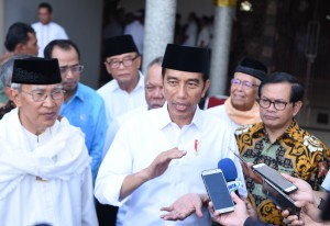 Presiden Jokowi menjawab pertanyaan wartawan usai menyerahkan 19 Sertifikat Tanah Wakaf kepada 16 orang perwakilan, Jumat (9/2). (Foto: Humas/Anggun)