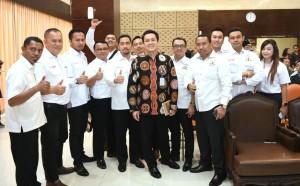 Staf Khusus Presiden Diaz Hendropriyono berfoto bersama peserta diskusi tema Pemerintah Jokowi-JK di Mata Pemuda, di Gedung III Sekretariat Negara, Jakarta Pusat, Senin (12/2). (Foto: Humas/Deni)