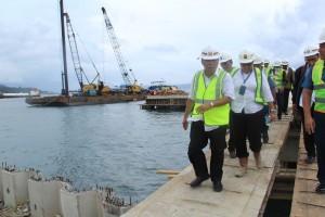 Menteri PUPR Basuki Hadimuljono meninjau lokasi pembangunan Bandara TNI AL, di Desa Tawiri, Ambon, Maluku, Selasa (13/3). (Foto: BKP Kementerian PUPR)