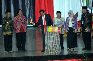 Presiden Jokowi saat menghadiri pembukaan Konferensi Forum Rektor Indonesia (FRI) 2018, di Universitas Hasanuddin (Unhas), Makassar, Sulawesi Selatan (Sulsel), Kamis (15/2). (Foto: Humas/Rahmat).