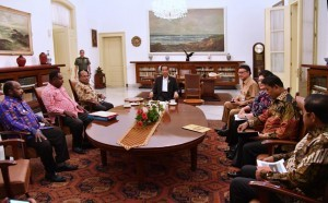 President Jokowi, accomponied by several ministers, receives Papua Governor, Asmat Regent, and Nduga Deputy Regent, at Bogor Palace, West Java, Tuesday (23/1) night. (Photo: Setpres)