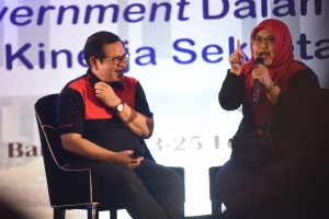 Cabinet Secretary has a dialog with a participant of the 2018 Working Meeting of Cabinet Secretariat held at Convention Center of the Trans Luxury Hotel, Bandung, West Java, Saturday (24/2). (Photo by: Public Relations Division of Cabinet Secretariat).