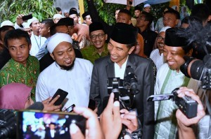 President Jokowi responds to the journalists' questions after an event at Salafiyah Syafi'iyah Islamic Boarding School Sukorejo, Situbondo, East Java, on Saturday (3/2) (Photo: BPMI)